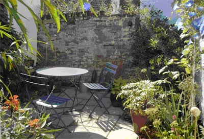small sunny courtyard - Courtyard Garden Ideas Uk